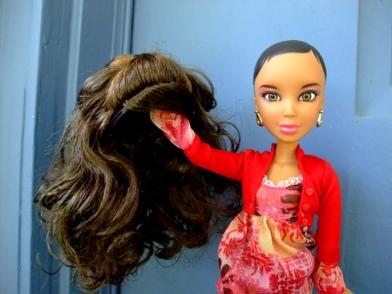 Photo de poupée tenant une perruqe