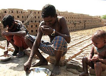 """Des """"esclaves modernes"""" dans une fabrique de briques à Uttar Pradesh"""