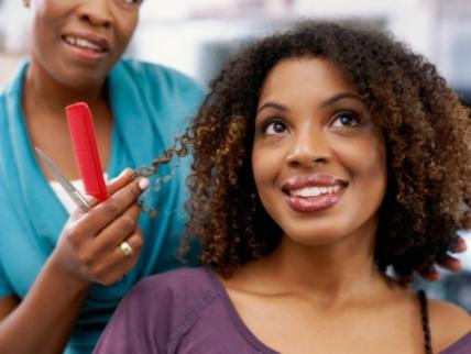 Photo de femme avec son coiffeur